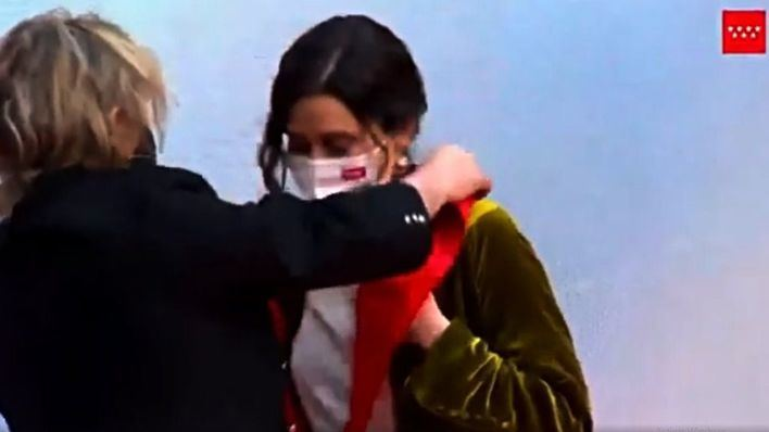 """Nacho Cano devuelve la Gran Cruz del 2 de Mayo a Ayuso tras recibirla: """"La mereces tú por valiente"""""""