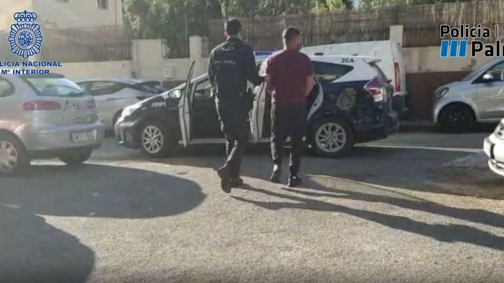 Arroja por la ventana más de un kilo de marihuana cuando llega la policía a su casa