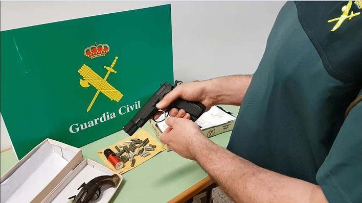 La Guardia Civil interviene tres paquetes con armas y munición que iban a ser enviados por correo