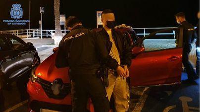 Pillan a un ladrón in fraganti mientras robaba en un coche en Palma