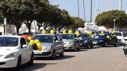 Unos 200 vehículos participan en una protesta contra la temporalidad en la Administración
