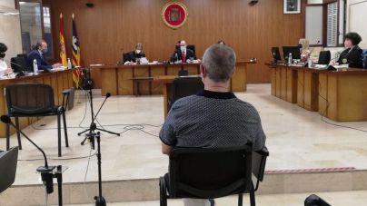 El profesor acusado de abusos a alumnas lo niega todo: 'Si me demandaban podían sacar dinero'