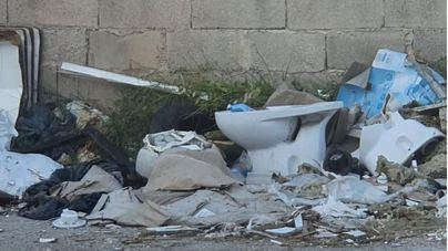 Denuncian la acumulación de basuras en los pasajes particulares de Son Castelló