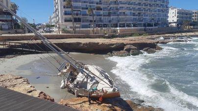 Un velero encalla en la arena de una playa de Sant Antoni a causa del temporal