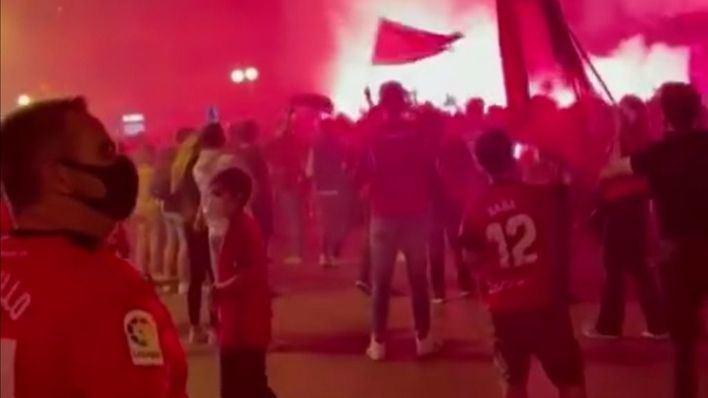 Cientos de aficionados celebran en la plaza de las Tortugas el ascenso del Mallorca a Primera