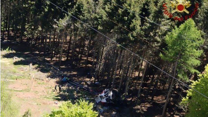 Tragedia en Italia: al menos 13 muertos al descolgarse un teleférico