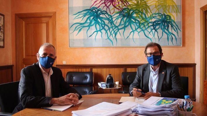 Huguet recibe al nuevo rector de la UIB, Jaume Carot, para organizar el traspaso de poderes