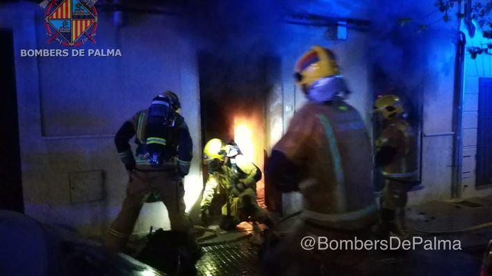 Un incendio causa importantes daños en una planta baja del barrio palmesano de Santa Catalina