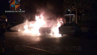 El fuego destruye cuatro vehículos estacionados en una calle de es Vivero