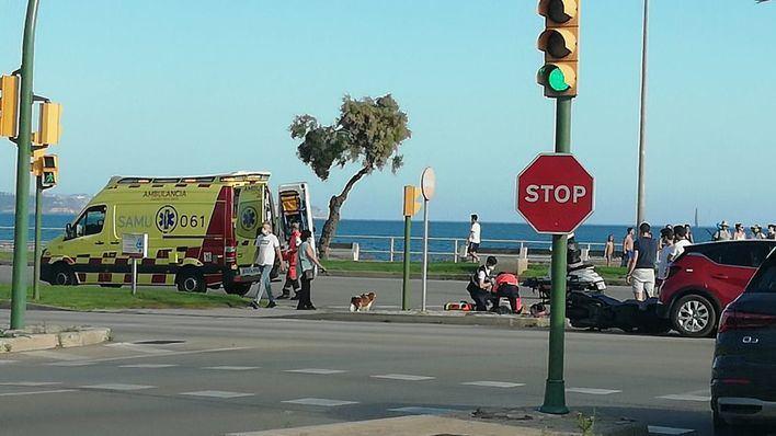 Una mujer resulta herida tras colisionar un coche y una moto en el Paseo Marítimo de Palma