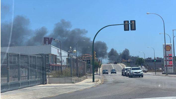 Alarma por un gran incendio en un taller de desguace en Palma