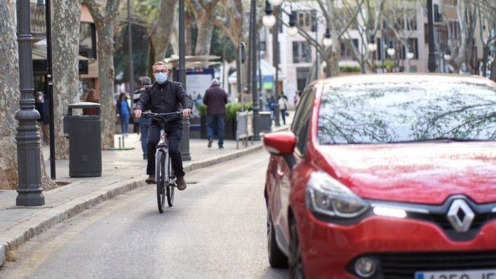 Cort inicia el trámite para reducir coches y fomentar una movilidad a pie, en bici o en bus