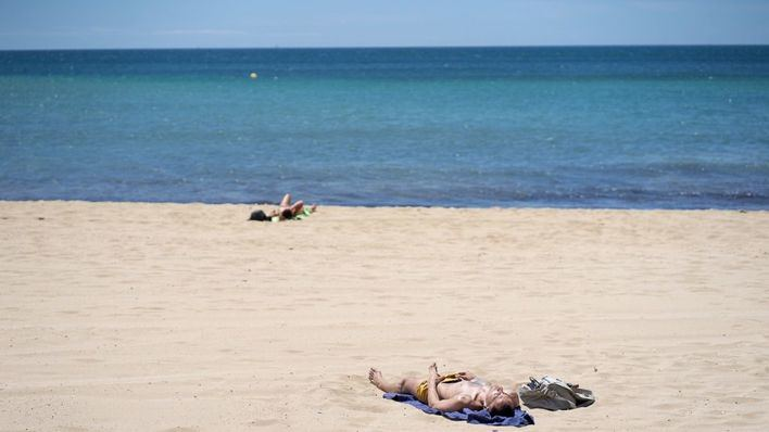 La AECC incide en la importancia de protegerse del sol para evitar el cáncer de piel