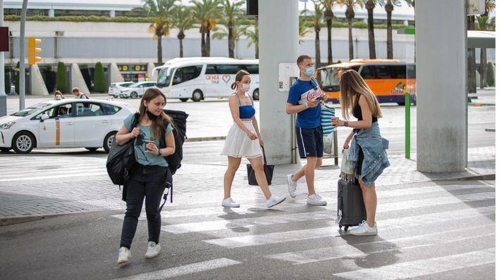 Las conexiones en bus desde el aeropuerto hasta los municipios arrancan este martes