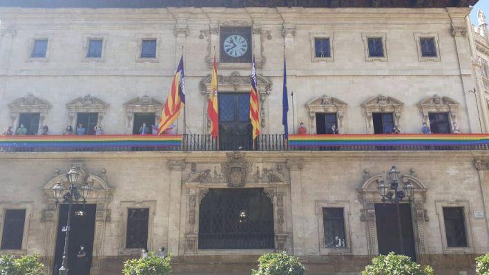 La bandera arcoíris ya luce en el balcón de Cort
