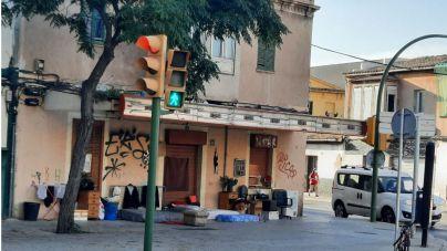 Okupas hasta en la calle: así luce la esquina de calle Manacor con Reis Catòlics