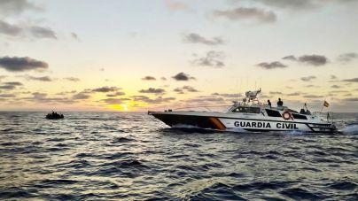 Interceptada una patera con 18 migrantes en aguas de Cabrera