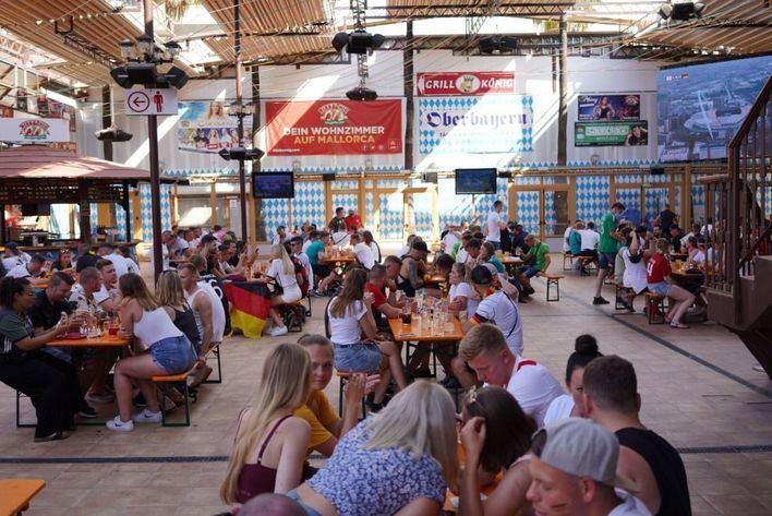 Miles de alemanes viven la Eurocopa entre Alemania e Inglaterra en la Playa de Palma