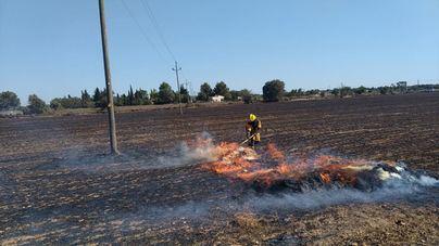 Un avión y dos helicópteros intervienen en la extinción de un incendio forestal en Santa Eugènia