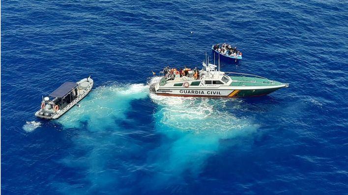 Interceptados 32 migrantes en dos pateras en aguas de Cabrera