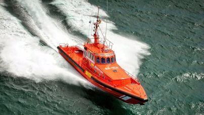 Rescatan a los dos tripulantes de una moto acuática que se hundía frente a Es Vedrà
