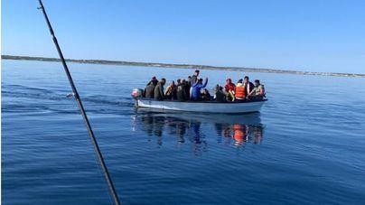 Localizada una nueva patera con 14 migrantes en aguas de Cabrera