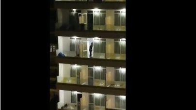 Graban a un cliente de un hotel de s'Arenal tirando el mobiliario de la habitación por el balcón
