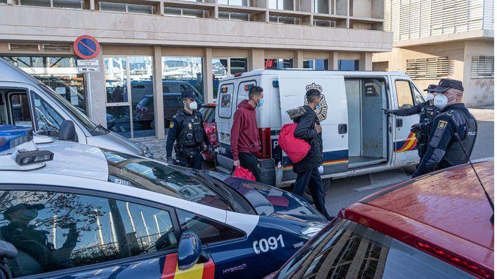 Los sindicatos SUP, CEP, UFP y SPP confiesan sentirse abandonados por las administraciones ante la llegada masiva de migrantes