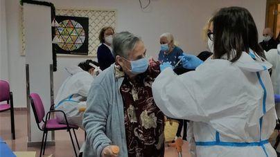 Salut planea volver a vacunar en las residencias de ancianos después del verano