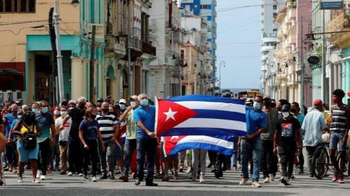 Miles de cubanos se lanzan a la calle para exigir democracia y libertad