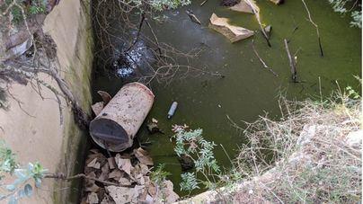 Basuras y contaminantes en un pozo natural de Santa Eugènia