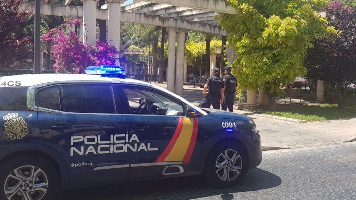 Detenido por pegar y amenazar con un palo a viandantes en la Plaza de las Columnas