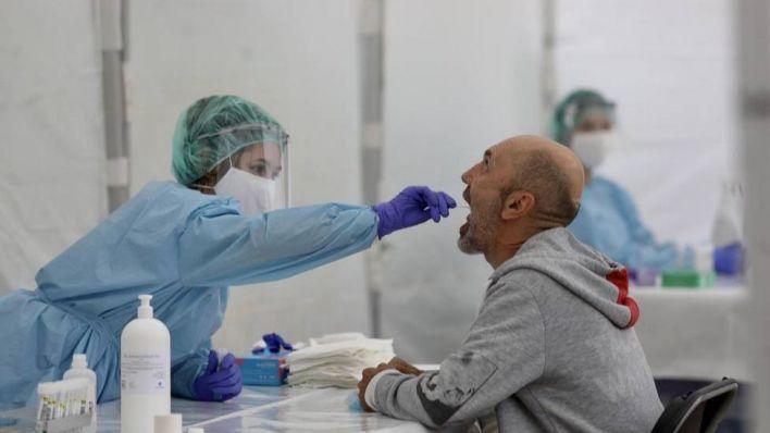 Bajan ligeramente los contagios aunque suben los pacientes en UCI y planta