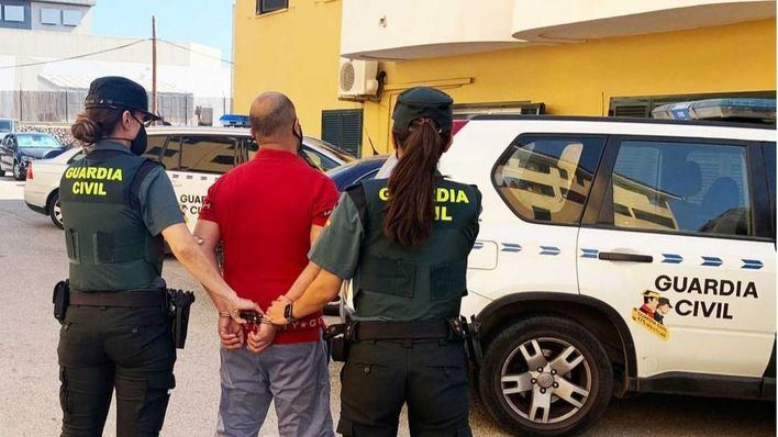 Arrestado por agredir a un hombre que le pidió que usara mascarilla en un supermercado