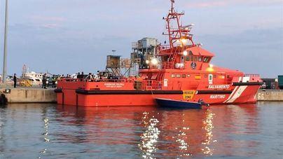 Salvamento Marítimo evacúa en helicóptero a la tripulación de un barco averiado en aguas de Ibiza