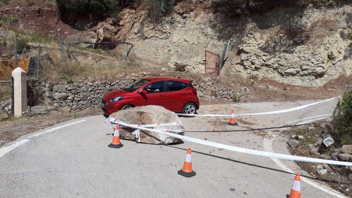 El desprendimiento de una gran roca obliga a desviar el tráfico en la carretera Puigpunyent-Esporles