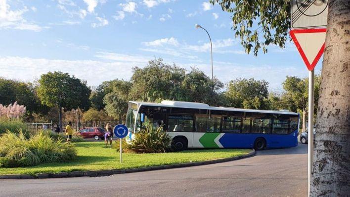 Cuatro heridos tras chocar un autobús de la EMT contra una rotonda