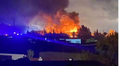 Un incendio en una nave industrial obliga a evacuar a los vecinos