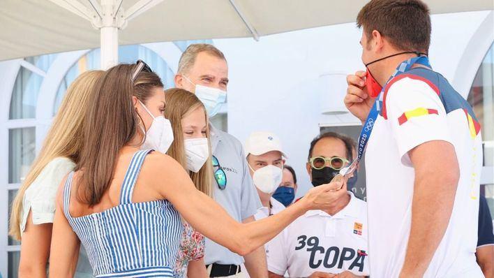 Los reyes y sus hijas felicitan a Joan Cardona en Palma por su medalla olímpica