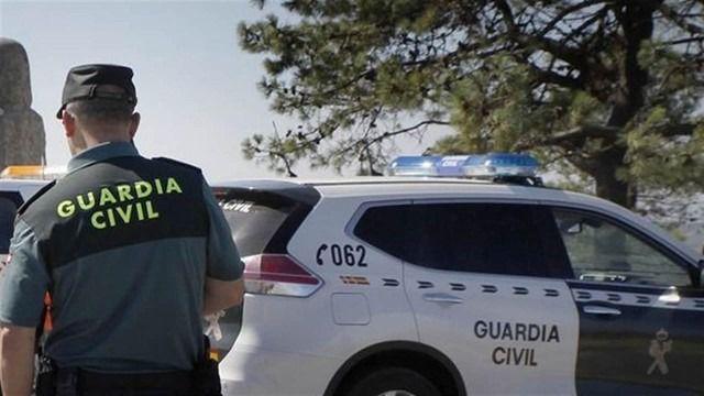 Cuatro migrantes se presentan ante la Guardia Civil tras llegar en una patera