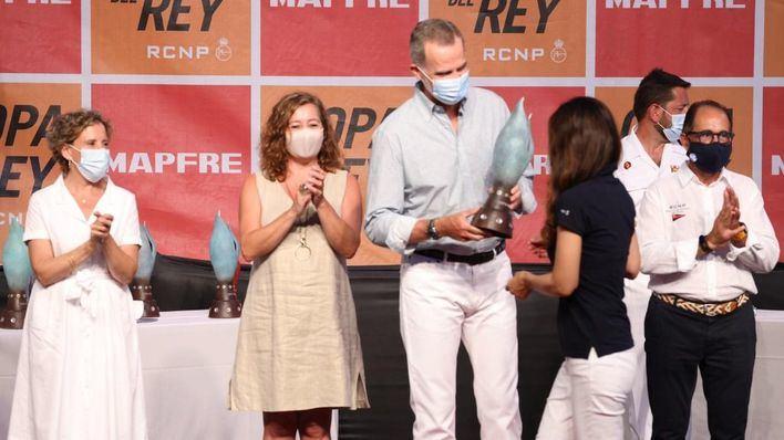 El rey entrega en Ses Voltes los trofeos a los ganadores de la Copa del Rey Mapfre de vela