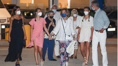 Los reyes y sus hijas cenan con doña Sofía en Palma