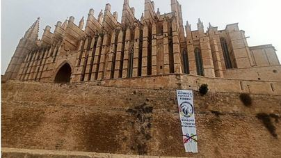 Pancarta contra la monarquía en la Seu de Palma el mismo día que los Reyes se van de Mallorca