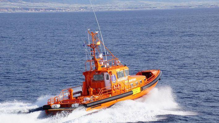 Salvamento Marítimo remolca hasta s'Arenal una motora averiada con dos tripulantes a bordo