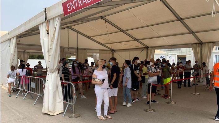 Centenares de personas acuden en Baleares a vacunarse el primer día sin cita previa