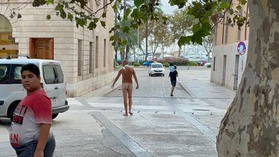 Un hombre se pasea desnudo frente a la sede del Govern, en Palma