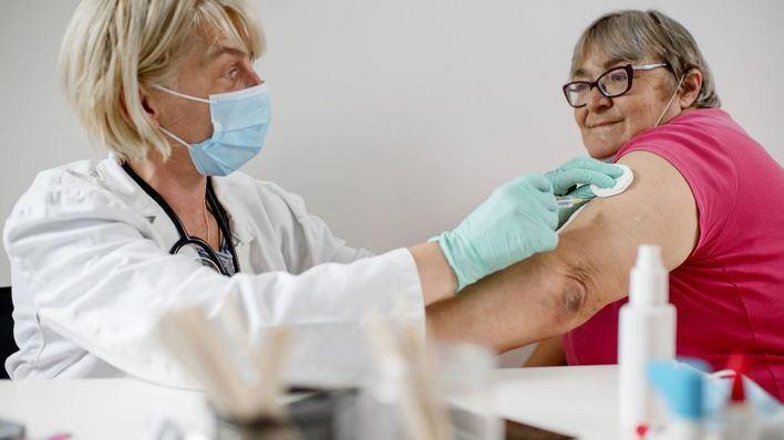El 55 por ciento de los encuestados defiende exigir la vacuna en algunos puestos de trabajo