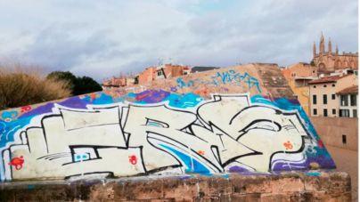 Adiós grafitis y maleza: comienza la limpieza de la Murada de Palma