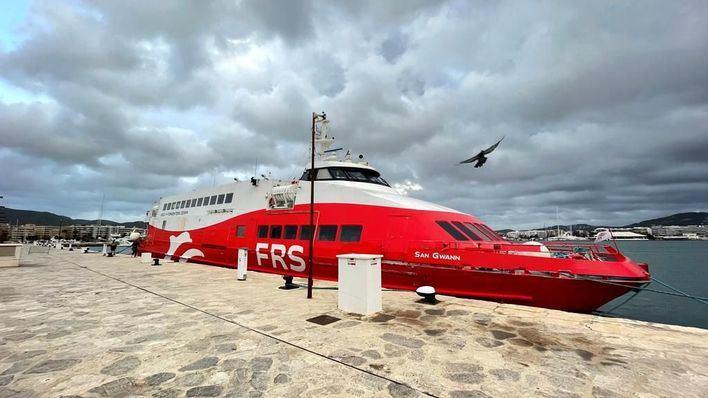 Reflotado el ferry FRS encallado en Ibiza