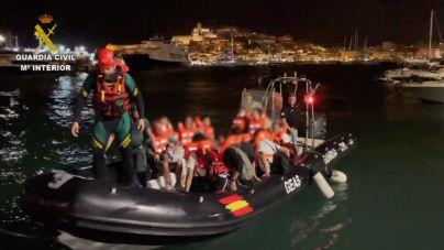 Imágenes del rescate de los náufragos del ferry FRS encallado en Ibiza